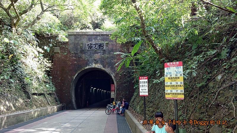 很多人都會在隧道口拍照,要注意別阻擋他人進出。隧道南北兩端(石城及福隆)隧道口以紅磚砌成圓拱狀,洞口高5公尺。福隆端北口上方立有「制天險」門額,表示地形之險惡。舊隧道有開放時間,請大家一定要抓一下來回的時間,在關閉前回來,不然你就要繞外面台2線了。