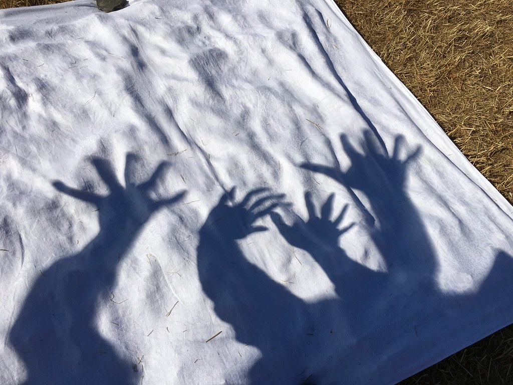 Alien hands! little lumps between the fingers, crazy shadows