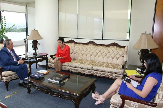 Secretario General del SICA dialoga sobre oportunidades de cooperación con Embajadora de Chile en El Salvador, María Inez Ruz