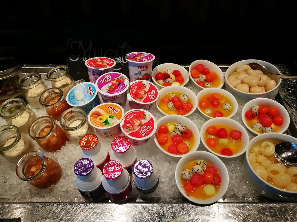Fruit cocktails and yogurt