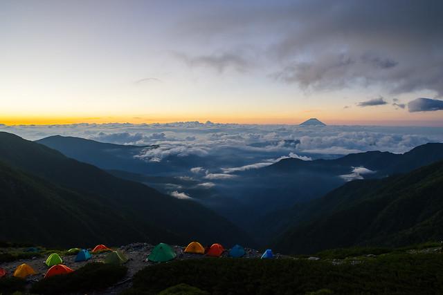 夜明け前の富士山@山荘の窓より