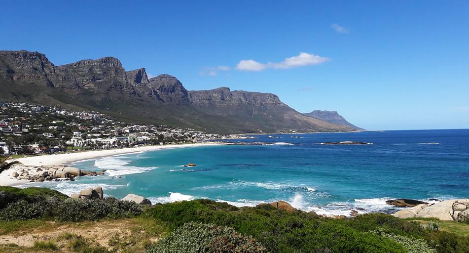 Genieten in het groen in Kaapstad: aan het strand in Camps Bay | Mooistestedentrips.nl