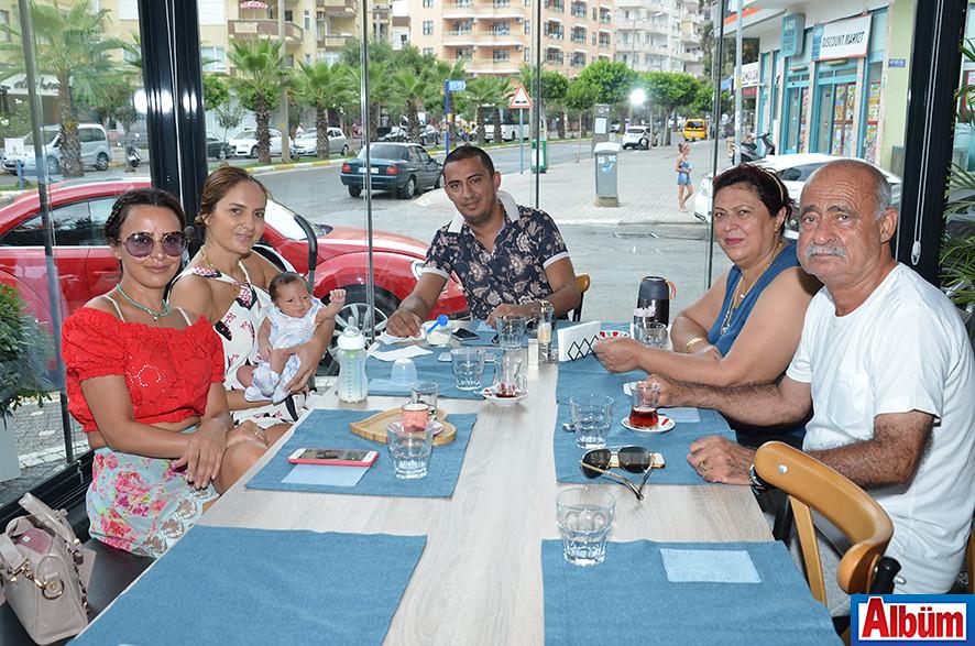 Roze Motors sahibi Osman Yaşar ve ailesi Albüm için poz verdi.