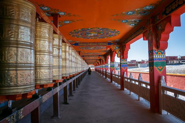 Corridor with prayer wheels, Yarchen Gar アチェンガルゴンパ マニ車が並ぶ回廊
