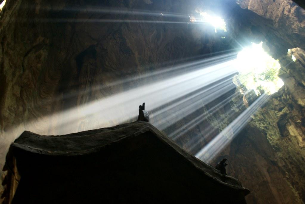 La lumière fendant l'obscurité de la grotte. Montagne de marbre au Vietnam.