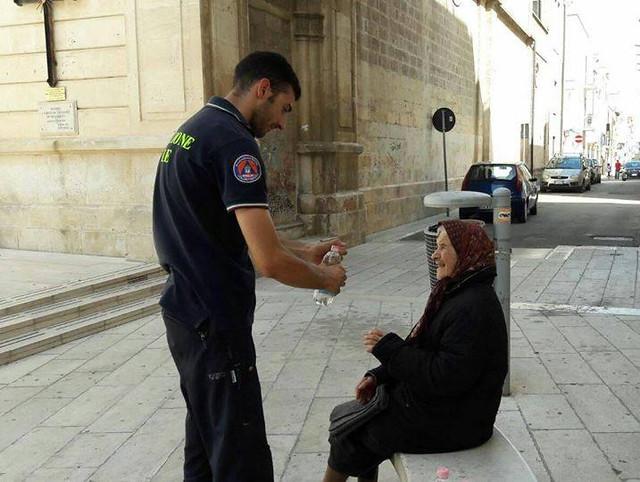 acqua fresca agli anziani