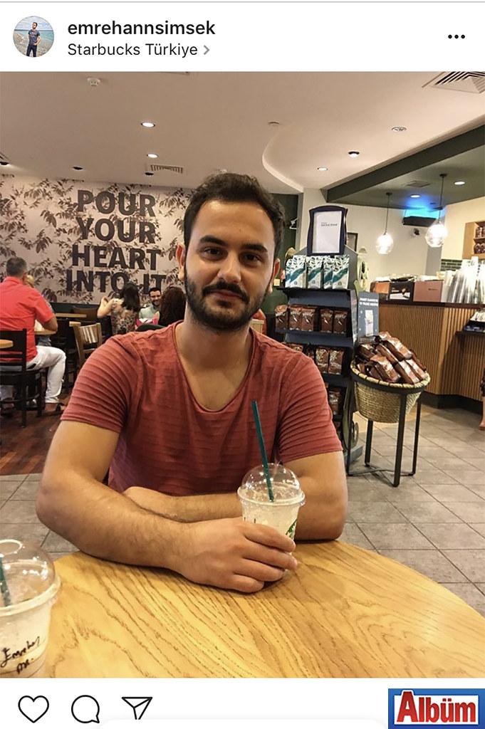 Emrehan Şimşek, Starbucks'ta kahve eşliğinde günün yorgunluğunu attı.