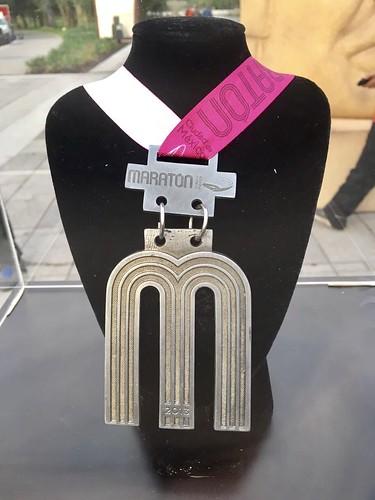 Playera y medalla del Maratón de la Ciudad de México 2017