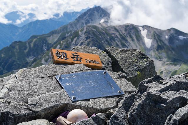 剱岳山頂プレート・・・背後には立山と槍ヶ岳