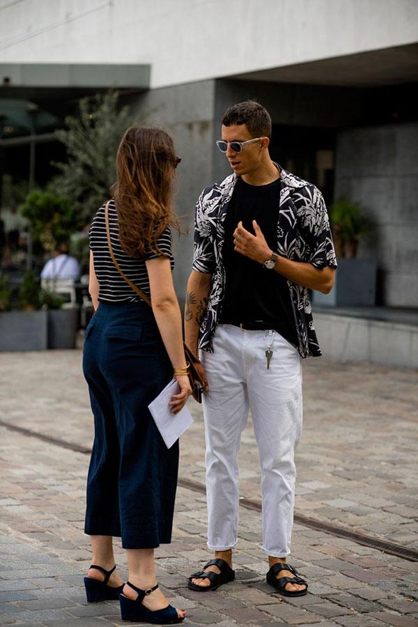 黒半袖柄シャツ×無地黒Tシャツ×白パンツ×黒サンダル