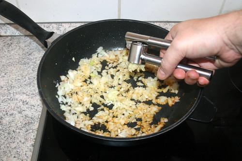50 - Knoblauch dazu pressen / Squeeze garlic