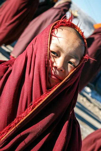 Little nun in Yarchen Gar アチェンガルゴンパのちびっこ尼僧