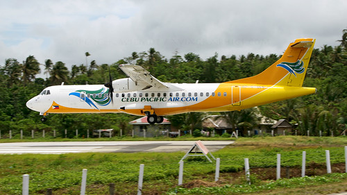 rpc7255 atr72 runway lowapproach philippines boracay mph rpve mphrpve caticlan godofredopramos 5j ceb 5jceb letstaketothesky cebupacific aviation aircraft airliner airplane commuter twin ttail civilaviation commercialaviation airport arrival approach landing low plane trees