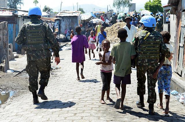 Último contingente brasileño en acción en la Minustah, en Cité Soleil - Créditos: Tereza Sobreira
