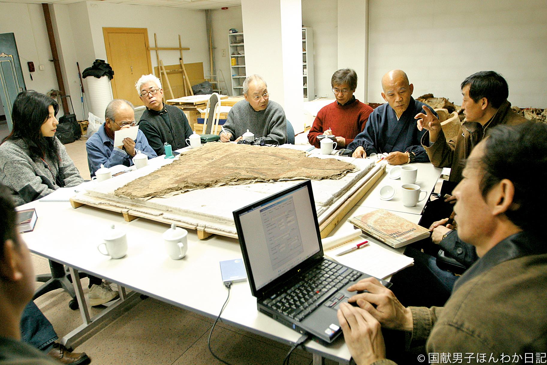 日中双方によるダンダンウイリク遺跡壁画保護の打ち合わせ(撮影:新疆文物考古研究所)