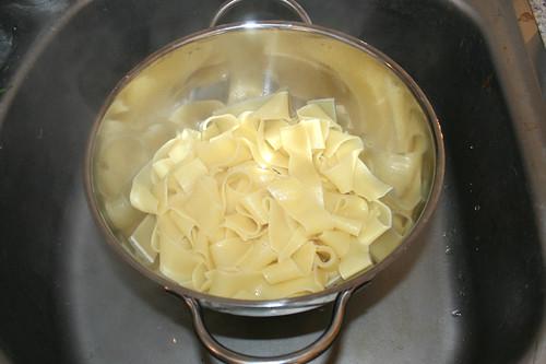 20 - Nudeln abtropfen lassen / Drain noodles