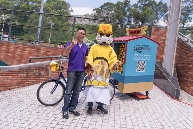 國立體育大學體育長王俊人與Red Bull創意造型土地公車合照