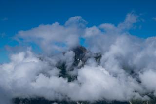 前穂高岳かな・・・雲に見え隠れ@蝶ヶ岳