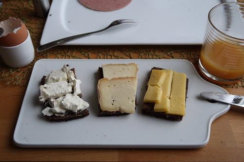 Merlin-Ziegenkäse, Remeker-Rohmilchkäse und Weichkäse mit Rotschimmelkulturen auf Schwarzbrot