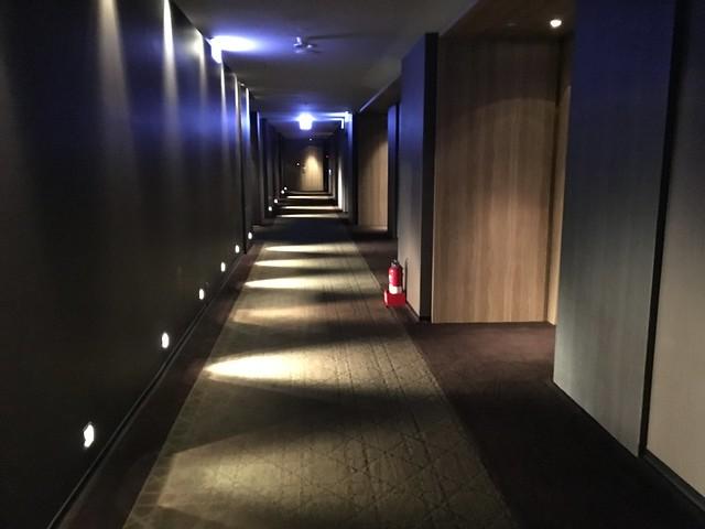 單邊走道幽暗的光線@高雄Hotel dùa住飯店