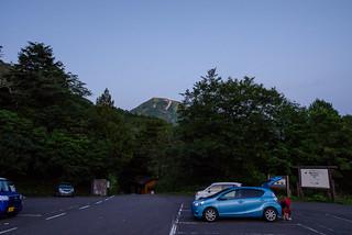 蓮華温泉駐車場・・・背後に雪倉岳が見える