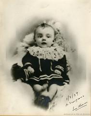 Camillien Houde bébé. - [1890?]. Photographie dédicacée par Camillien Houde à son épouse Georgianna le 1er mars 1939. P146-1-2-D01-P002. Archives de la Ville de Montréal.
