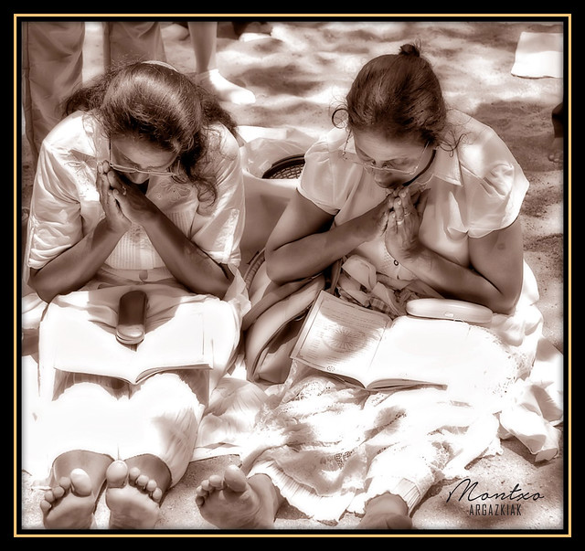 SRI LANKA - REZANDO / PRAYING