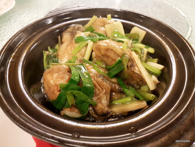 Braised Oysters with Scallions in Clay Pot