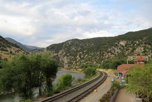glenwoodspringscolorado colorado glenwoodsprings coloradoriver railroadstation depot amtrak railroad tracks route river mountains mountain pathscaminhos californiazephyr