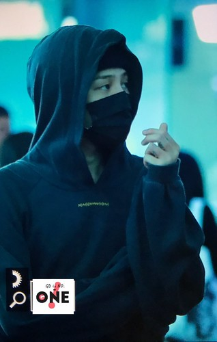 G-Dragon departure Seoul to Europe 2017-09-22 (31)