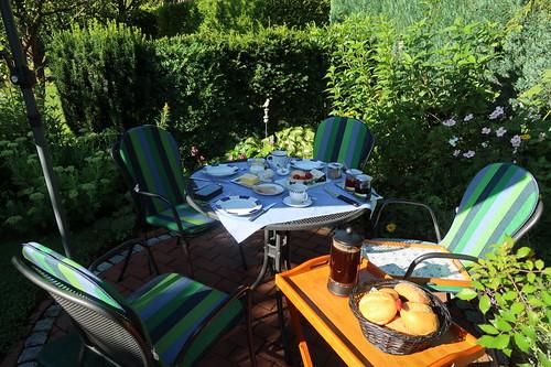 Frühstück im Garten (am zweiten Morgen unseres diesjährigen Sommerurlaubs in Minden)