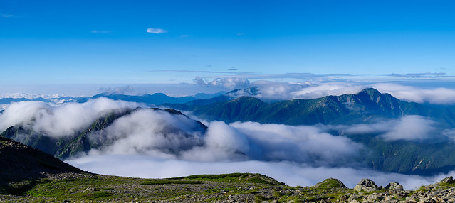 右に塩見岳、左手前は雲に隠れた農鳥岳