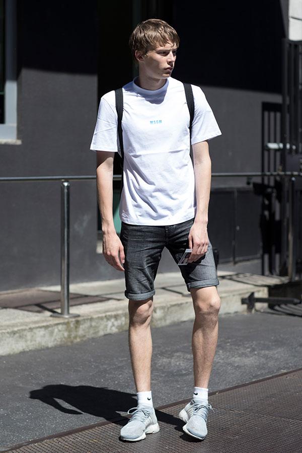 MSGM白Tシャツ×ブラックデニムショートパンツ×Nikeエアプレストグレー