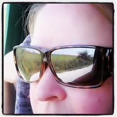 Testar nya solglasögonen, utanpå de vanliga. Funkis! Torra grekiska vägar i speglingen.