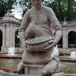 Aschenputtel am Märchenbrunnen