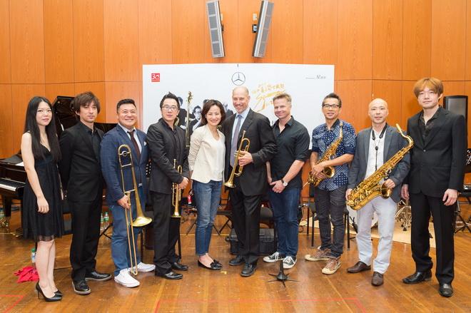 國內外爵士菁英所組成的「兩廳院夏日爵士節慶樂團」,連袂國際知名鼓手克里夫.阿蒙德(右4) ,演繹由知名小號手麥可.摩斯曼(右5)為夏日爵士音樂會所量身打造的動人曲目