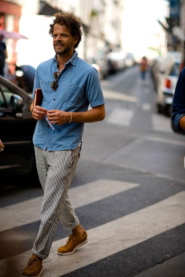 半袖ダンガリーシャツ×青白ストライプパンツ×キャメルシューズ