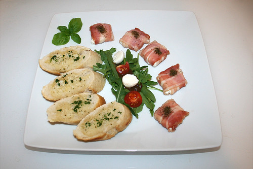 05 - Goat cheese in bacon with garlic baguette - Served / Ziegenkäse im Baconmantel mit Knoblauchbaguette - Serviert