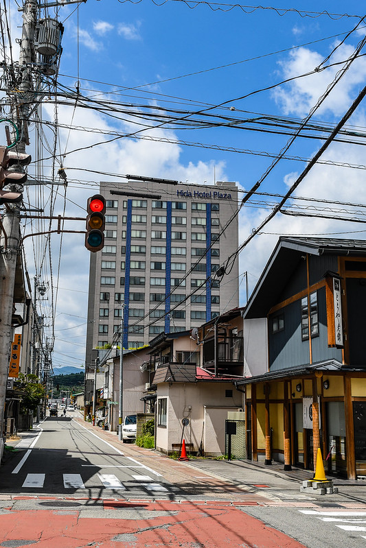 宮川朝市方面に向かう道路から見えるひだホテルプラザ