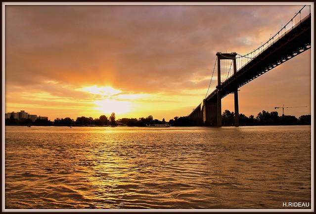 Coucher de soleil sur le pont d'Aquitaine à BORDEAUX