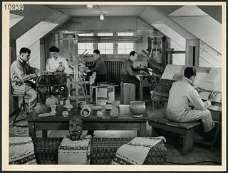 Four male patients from the military services weaving at looms in Scarboro Hall's occupational therapy division, Toronto, Ontario / Quatre patients militaires utilisent des métiers à tisser au service d'ergothérapie de Scarboro Hall, Toronto (Ontario
