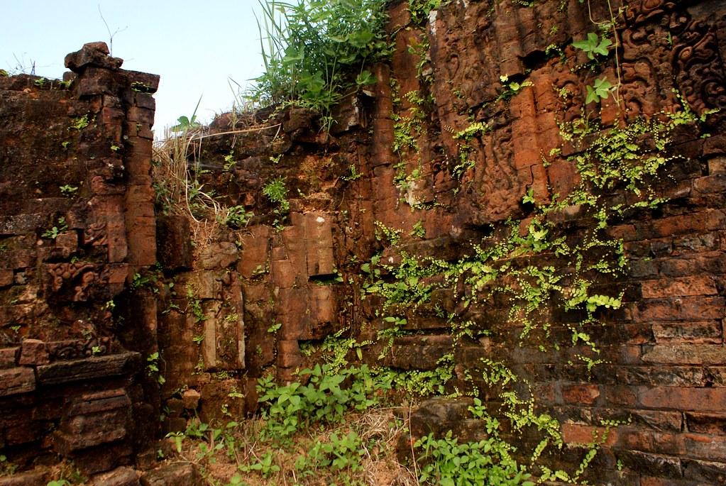 La végétation et le niveau d'humidité élevé rongent les ruines et participent aussi à son aspect romantique.