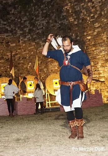 Gli arcieri nella torre di Castruccio a Serravalle. O, se troppo lungo, Palio dei Rioni a Serravalle foto di Marzio Dolfi