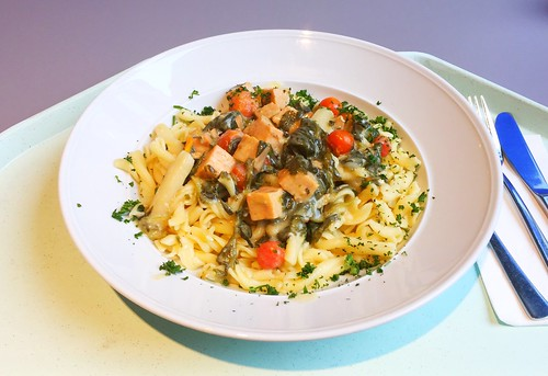 Salmon dices with cherry tomatoes, asparagus & leaf spinach in white wine sauce / Lachswürfel mit Kirschtomaten, Spargel und Blattspinat in Weißweinsauce