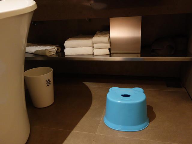 請房務幫忙拿的小熊椅凳@高雄喜達絲飯店