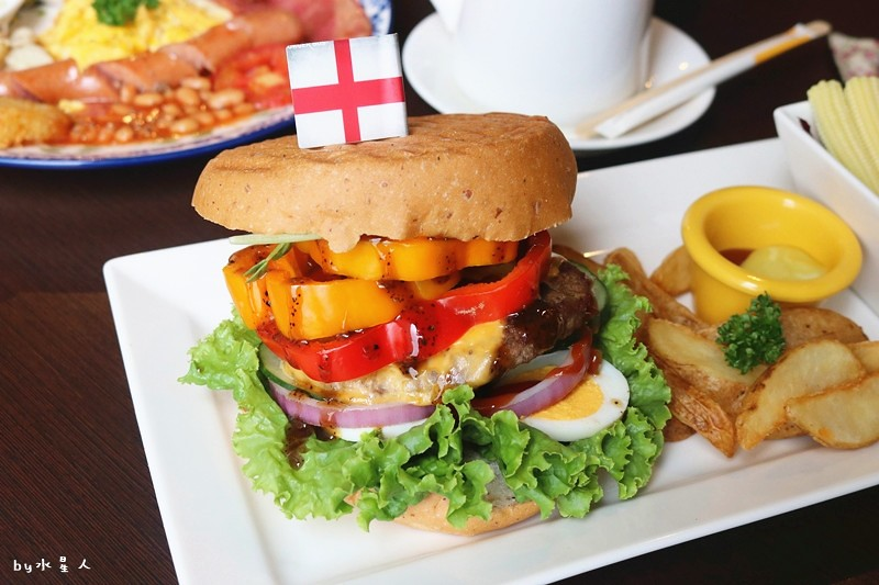 36717040433 43857519cb b - 熱血採訪| 漢堡巴士Burger Bus,台中也能吃到道地的英式傳統早餐和英式漢堡,英倫工業風裝潢輕食咖啡