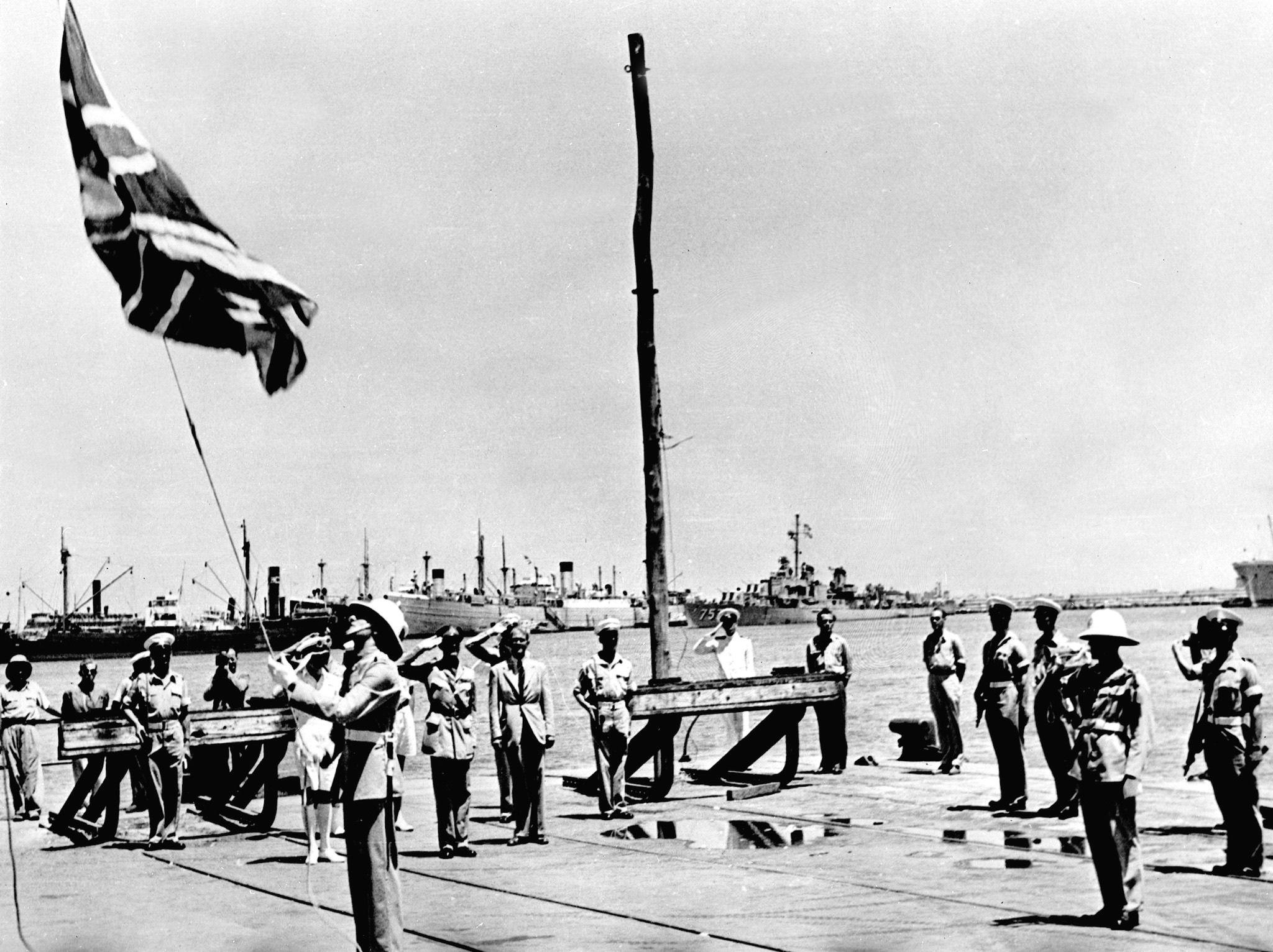 The British leaving Haifa, June 30, 1948 (עברית: עזיבת הבריטים מסדר מסירת נמל חיפה לעיריה ברקע הסיירת הבריטית פואבה.)