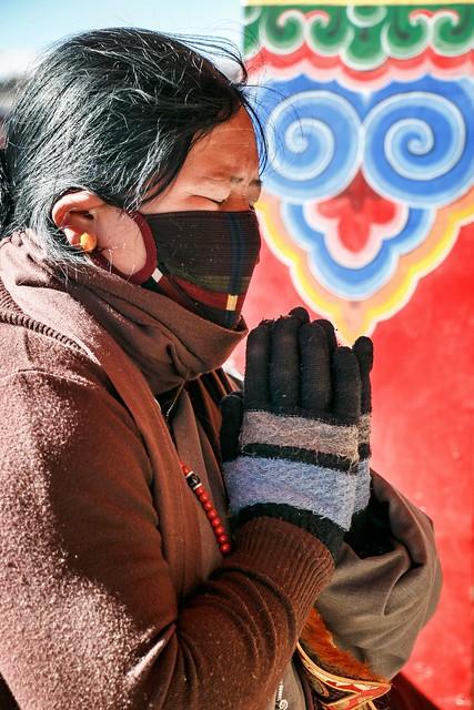 A praying woman in Yarchen Gar アチェンガルゴンパ 祈る女性