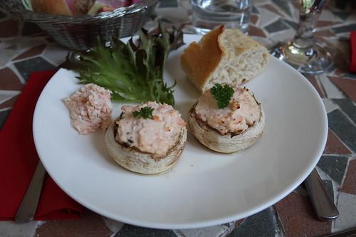 Mit Räucherlachs und Frischkäse gefüllte Champignons