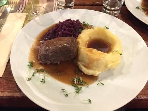 22 - Beef roulade with red cabbage & mashed potatoes / Rinderroulade mit Rotkraut & Kartoffelpüree - Weingut Allendorf